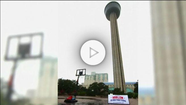 Un Globetrotter hace un lanzamiento desde una altura de 177 metros