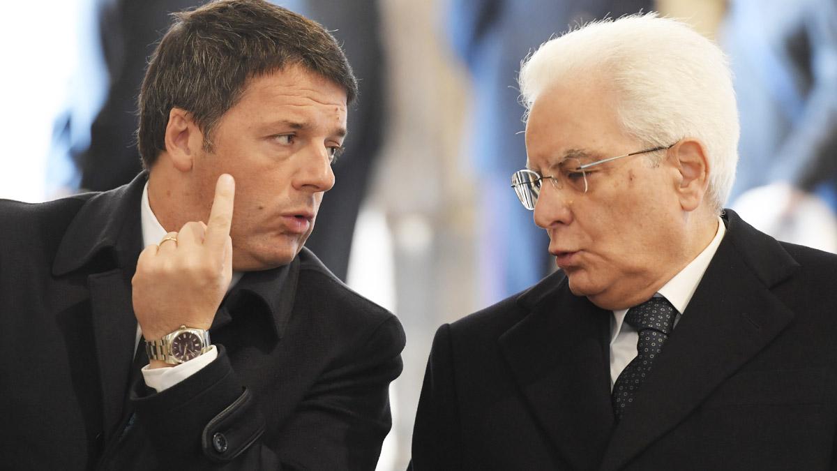 El dimitido primer ministro de Italia Matteo Renzi y el presidente Sergio Mattarella (AFP)