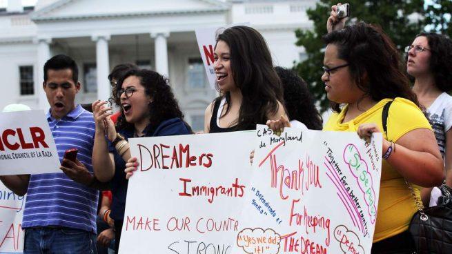 """Siete estados de EEUU presionan a Trump para que elimine el programa DACA y deporte a los """"dreamers"""""""