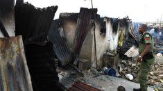 Un policía nigeriano ante unos edificios destruidos (Foto: AFP).