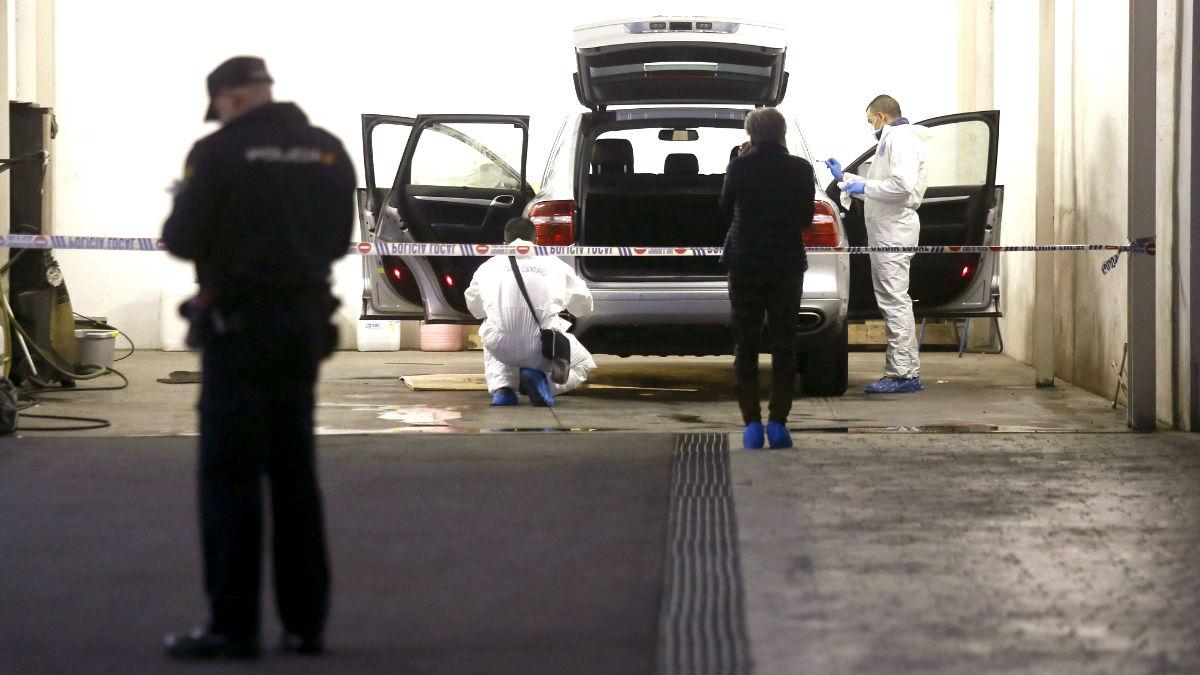 La policía científica inspecciona el coche en el que fue asesinada la mujer (Foto: Efe).
