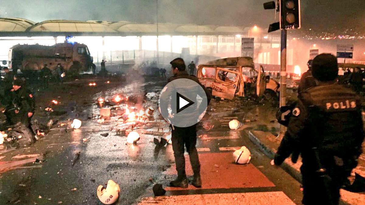 Policías en el lugar del atentado (Foto: Twitter de Manuel Segura).