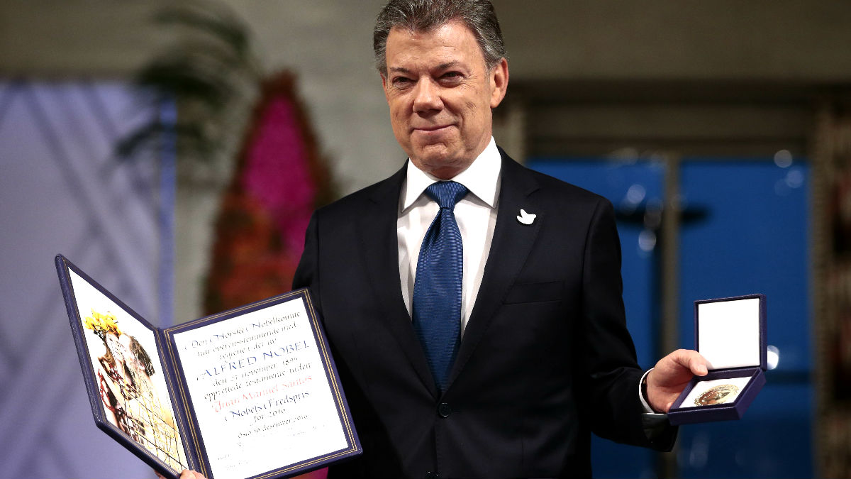 Santos tras recibir el premio Nobel (Foto: AFP).