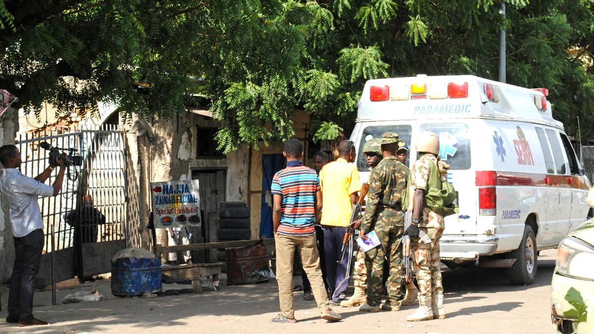 Soldados y ambulancias en el lugar del atentado (Foto: AFP).