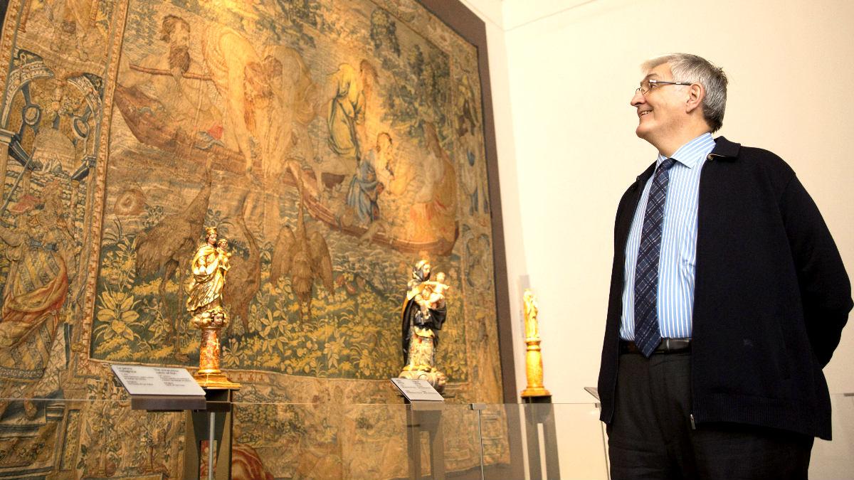 El director del museo ante uno de los tapices de Rafael (Foto: Efe).