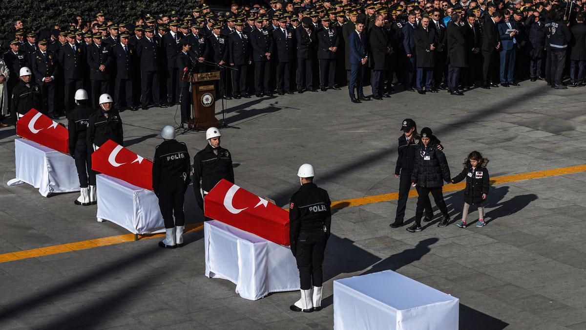 Homenaje a los fallecidos en el doble atentado de Estambul (Foto: AFP)