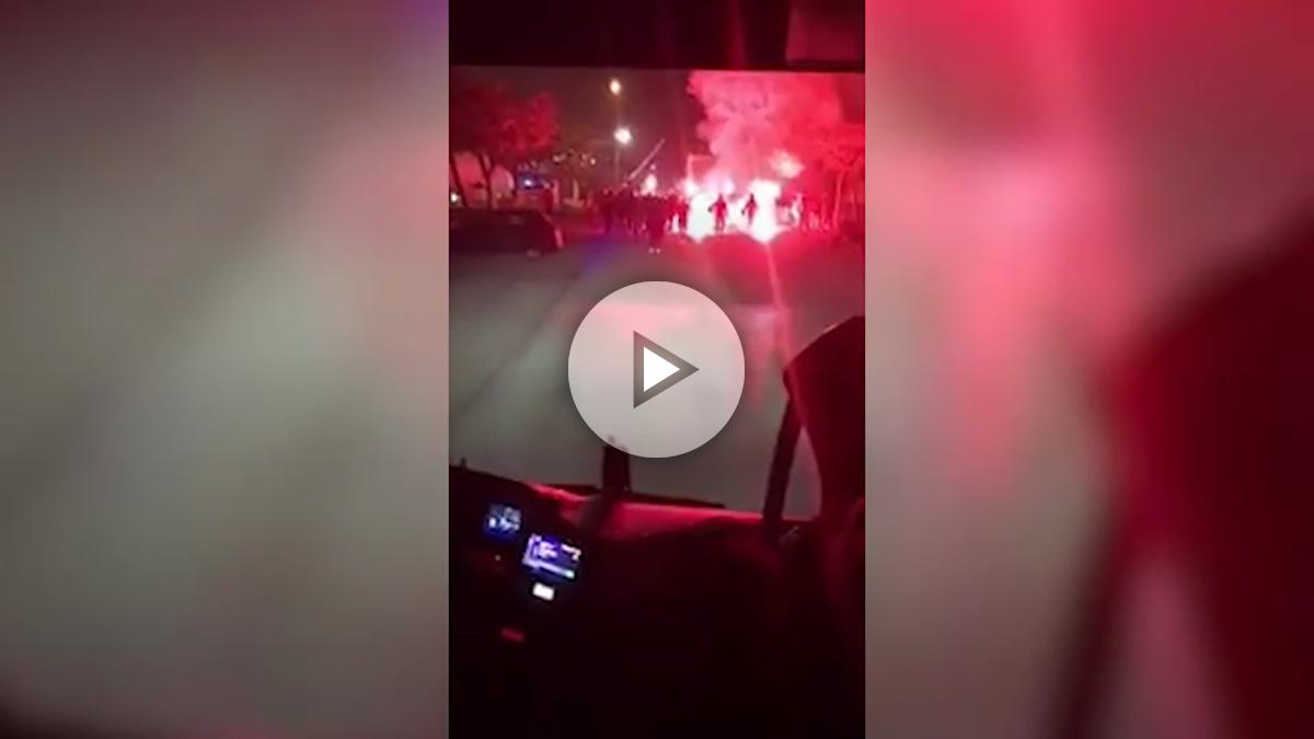 Ultras del Valencia atacan el autocar del equipo.