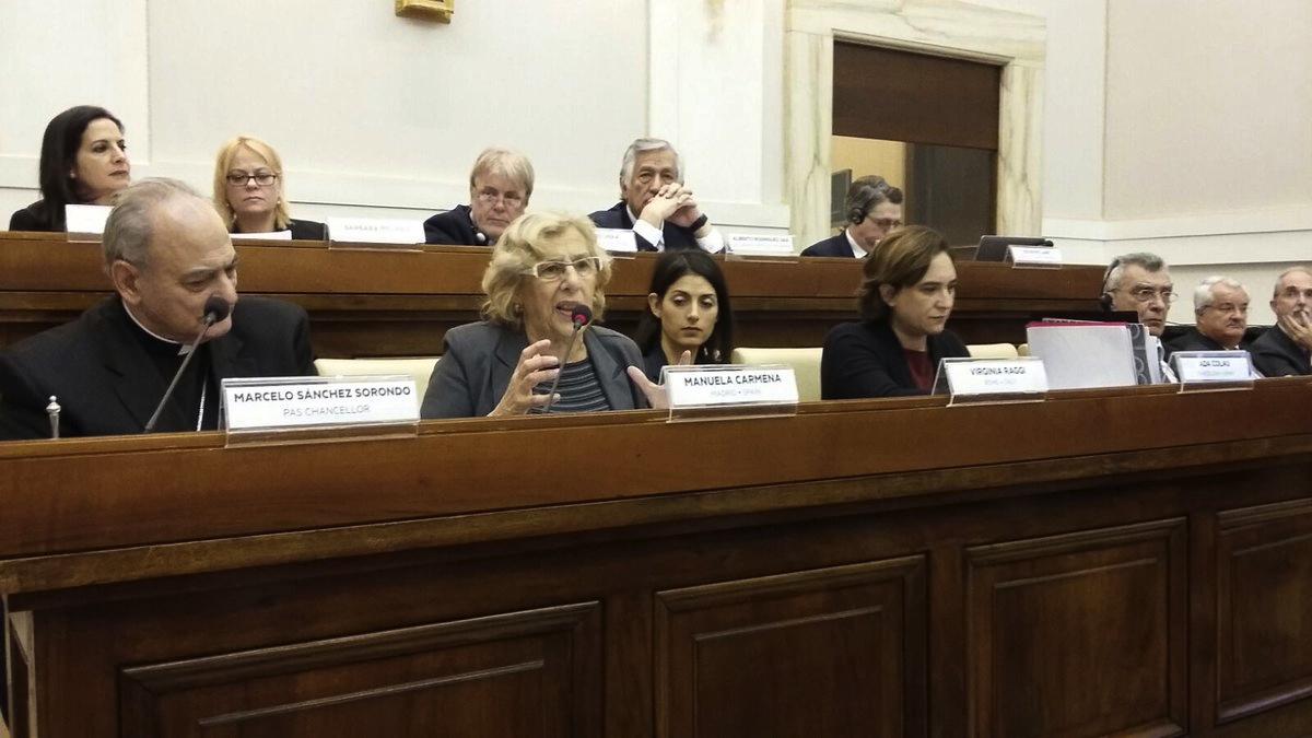 La alcaldesa Carmena junto a otros alcaldes en el Vaticano en diciembre. (Foto: TW)