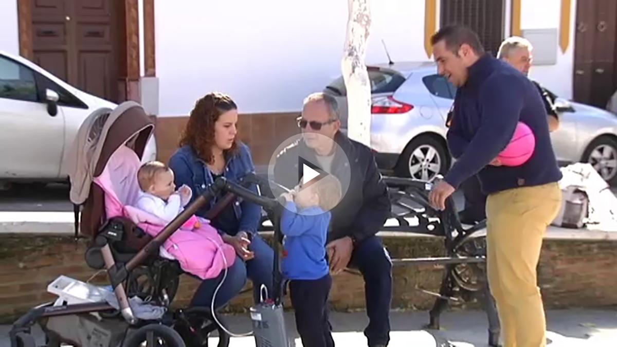 Los padres de la pequeña Alexandra luchan por sacar adelante a su hija de ocho meses conectada a un respirador