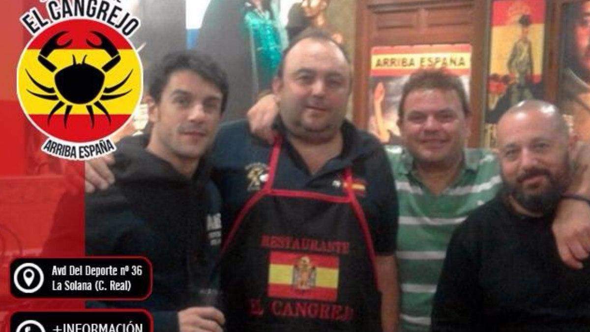 Alejo Sauras y Pepón Nieto con los dueños del local. Foto: Twitter