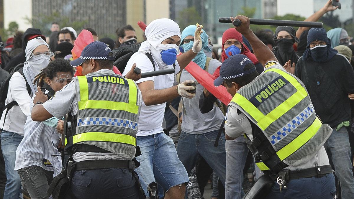 Manifestantes en una protesta frente al Senado brasileño. (Foto: AFP)