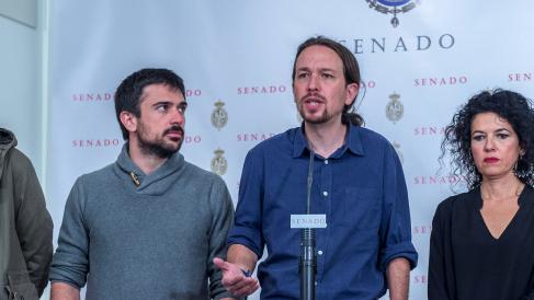Ramón Espinar, líder de Podemos Comunidad de Madrid, junto a Pablo Iglesias en el Senado. (Foto: Flickr)