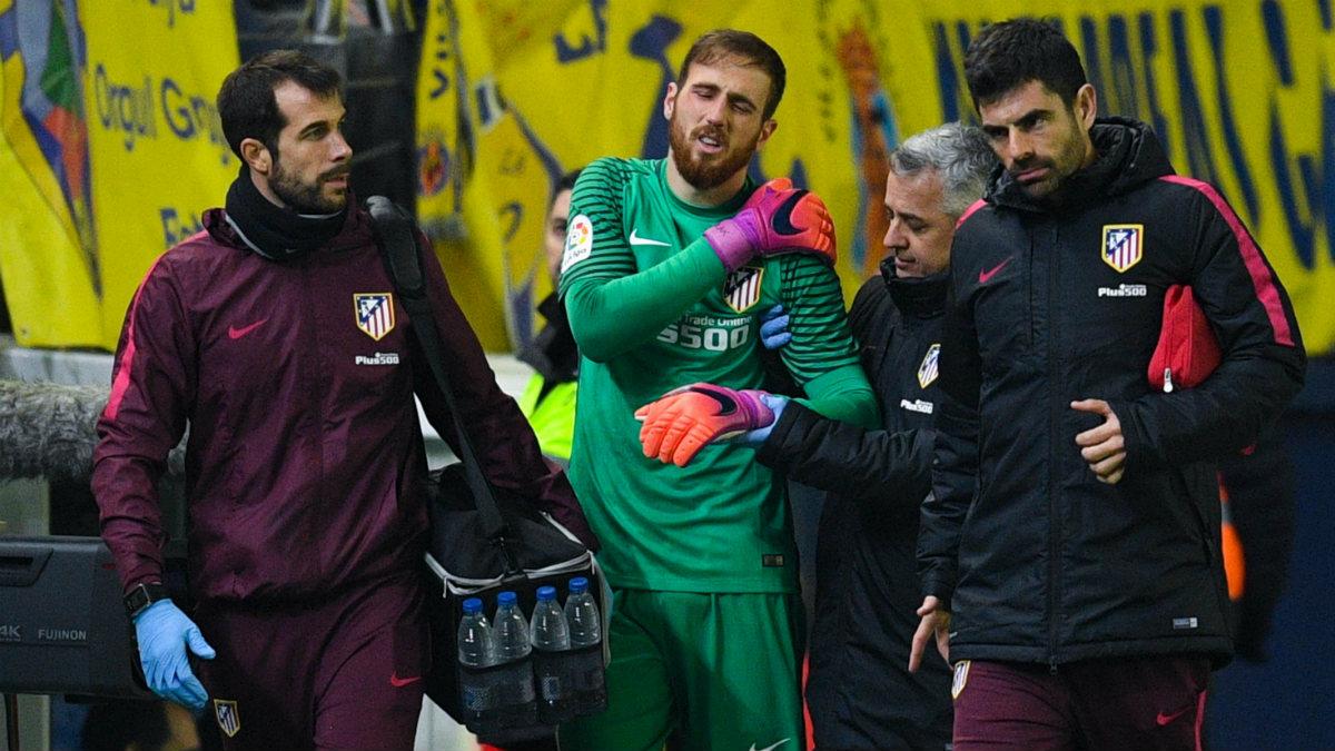 Jan Oblak se retiró lesionado del hombro en El Madrigal. (Getty)