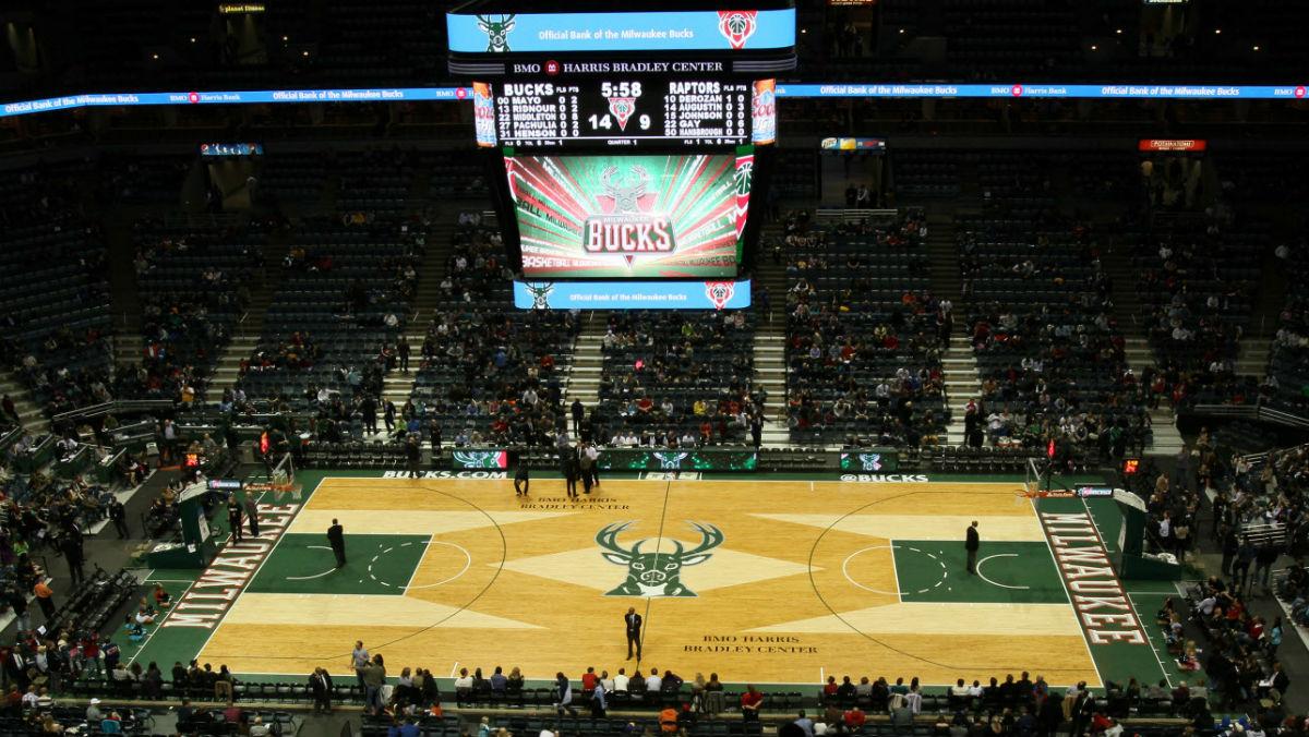 La cancha de los Milwaukee Bucks, con un ciervo de protagonista.