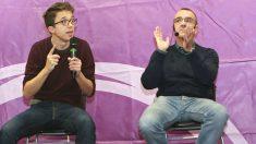 El secretario de Política de Podemos, Íñigo Errejón (c), junto al diputado Juan Pedro Yllanes (d) (Foto: Efe)