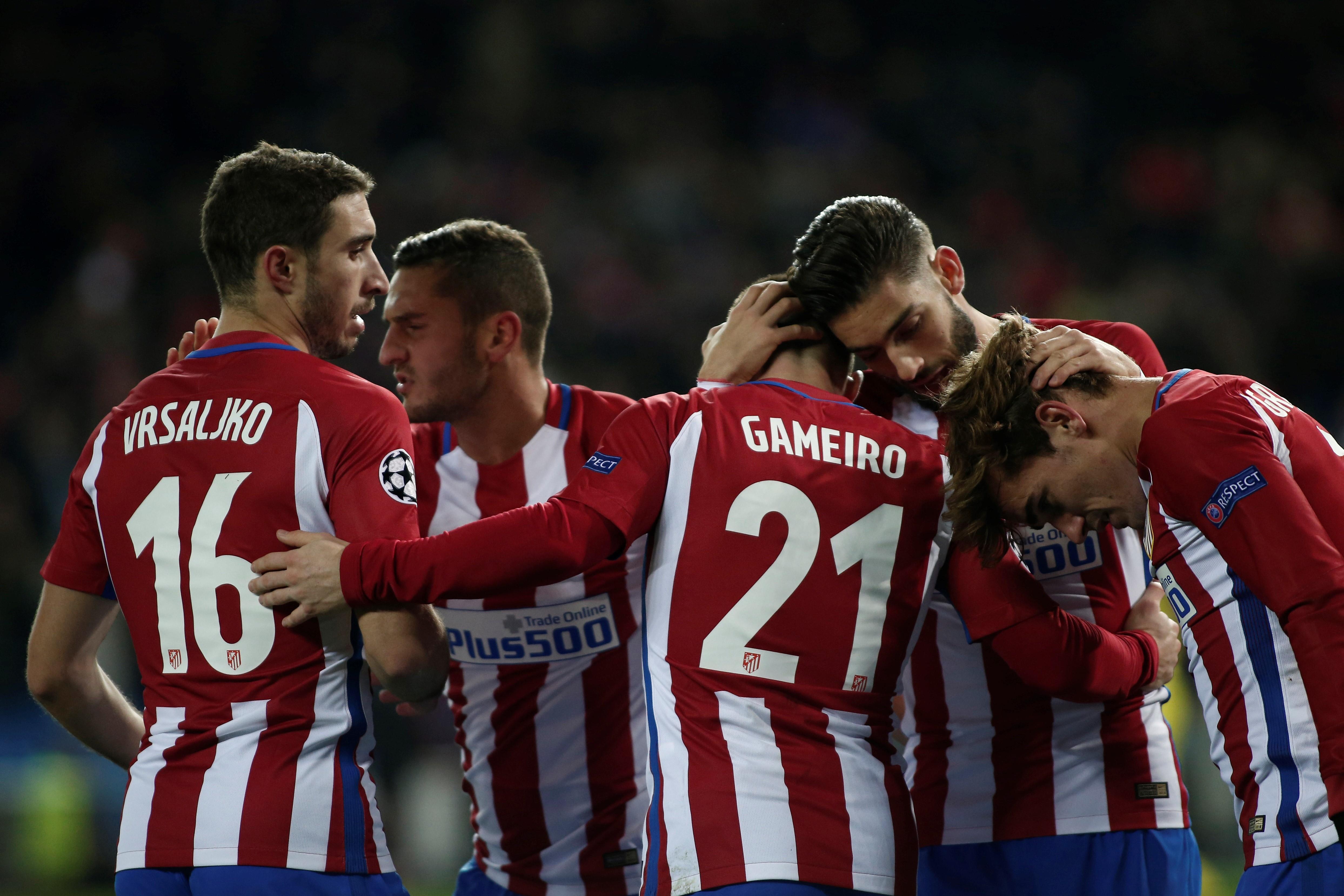 Los futbolistas del Atlético celebran un gol ante el PSV