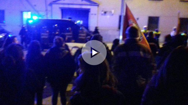 Manresa se Alsasuniza: la CUP pide que se expulse a la Guardia Civil y quema fotos del Rey