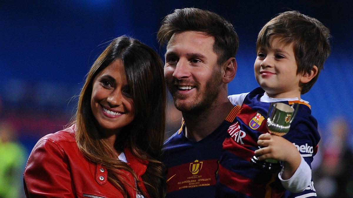 Leo Messi y Antonella Rocuzzo, junto a su hijo Thiago. (Getty)
