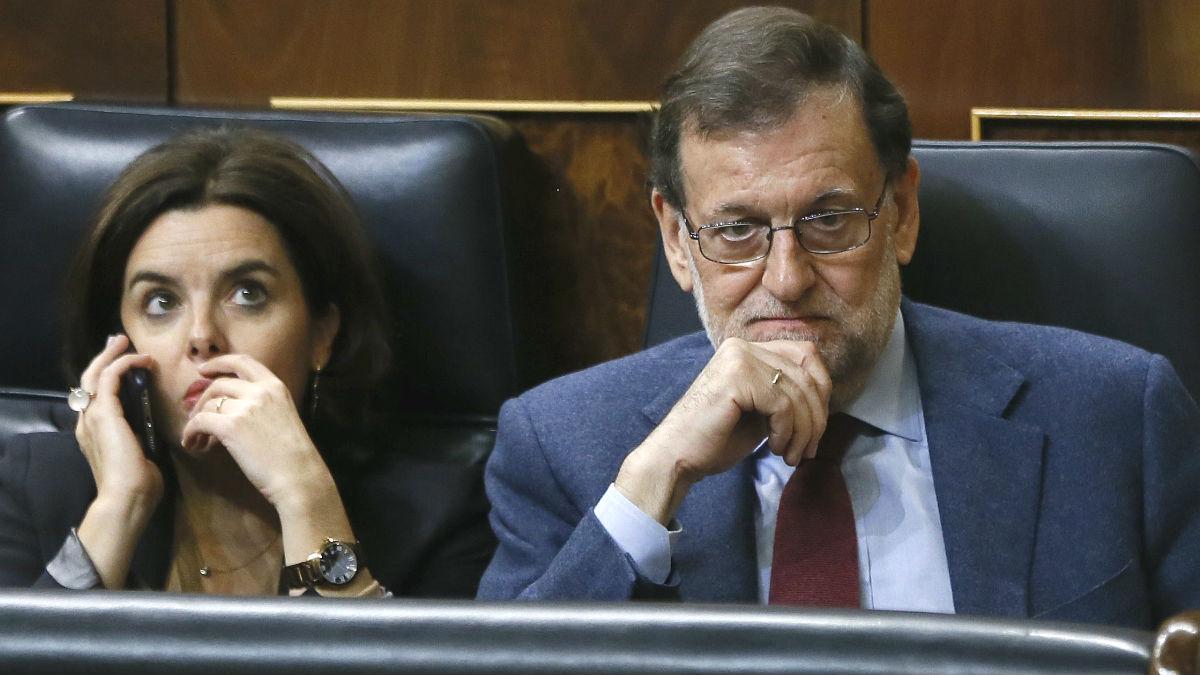 Mariano Rajoy y Soraya Sáenz de Santamaría. (Foto: EFE)