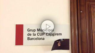La foto del Rey guillotinado, colgada en la entrada del despacho de la CUP en el Ayuntamiento de Barcelona.