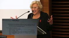 La alcaldesa Manuela Carmena y un extracto del acta de la última sesión de la mesa de limpieza. (Foto: Madrid)
