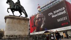 Cartel de la serie 'Narcos' en la Puerta del Sol en Madrid. (Foto: EFE)