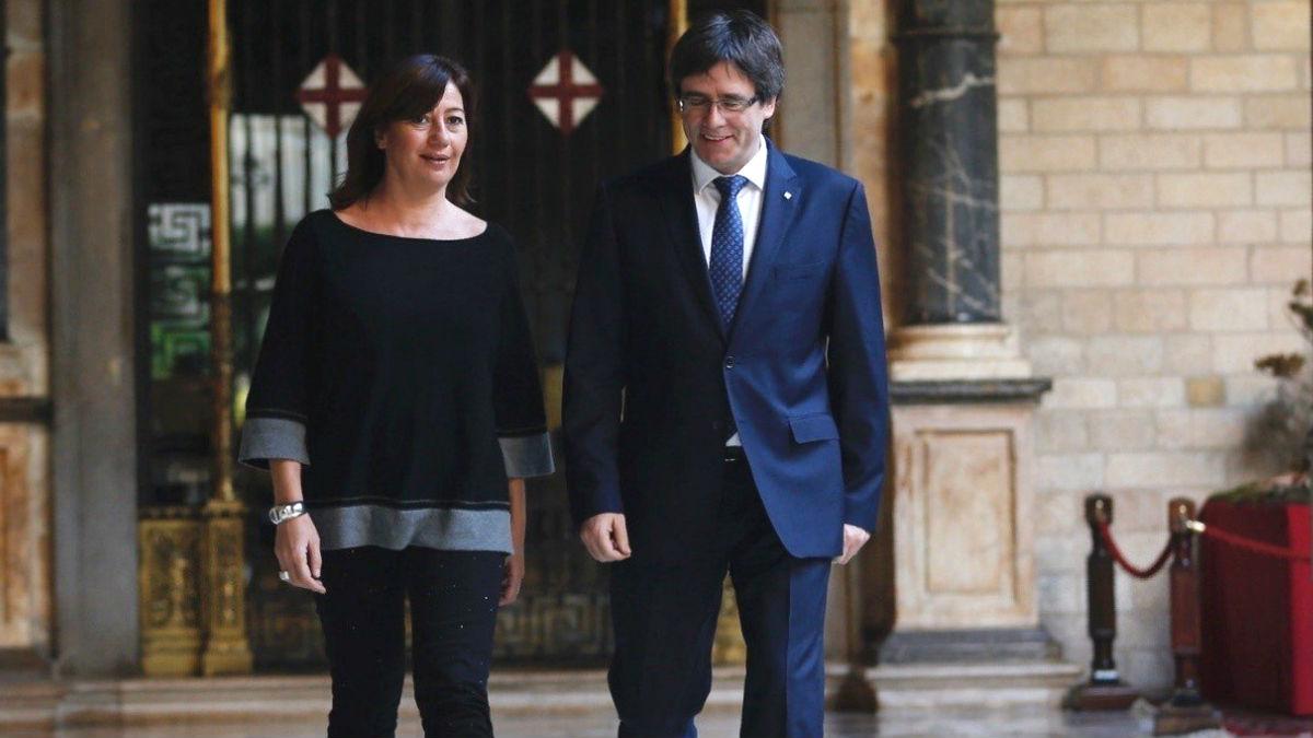 El presidente catalán, Carles Puigdemont, conversa con la presidenta del gobierno balear, Francina Armengol (Foto: Efe)