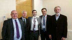 El delegado del Gobierno catalán en Reino Unido e Irlanda, Sergi Marzén (segundo por la derecha) con Gerry Adams (d) y representantes del Sinn Fein (Foto: Twitter)