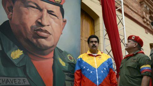 Nicolás Maduro y Diosdado Cabello junto a un mural de Hugo Chávez (Foto: AFP).