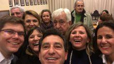 Gabriel Cañellas (con el pelo blanco) se asoma en el selfie difundido por Biel Company (Foto: Twiter)