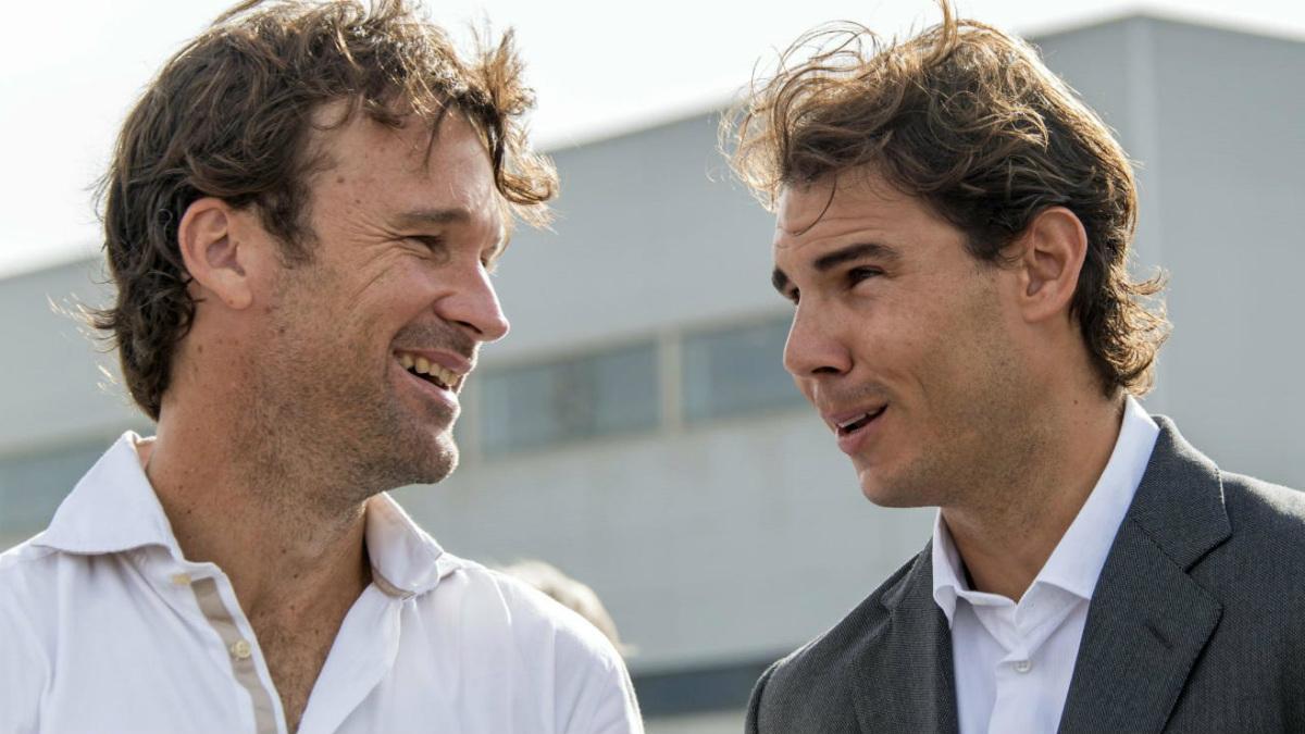 Carlos Moyá y Rafa Nadal conversan en un acto promocional.