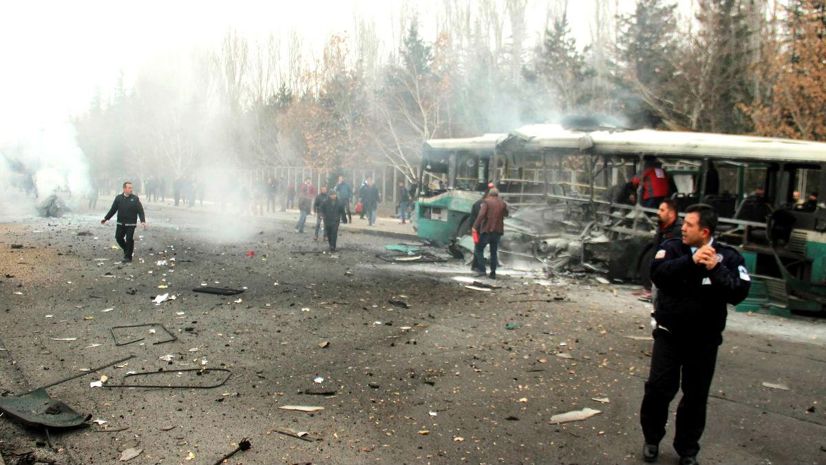 Policías junto al autobús que sufrió el ataque (Foto: AFP).