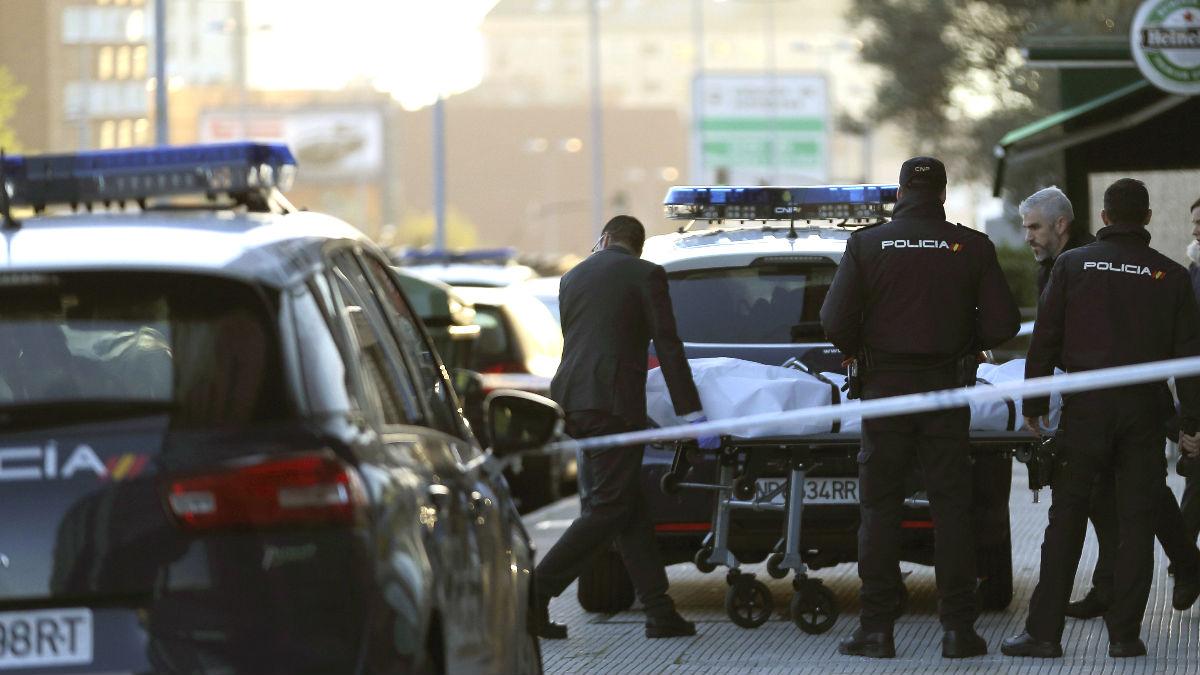 Momento en el que trasladan el cadáver de la mujer asesinada en Vigo (Foto: Efe).