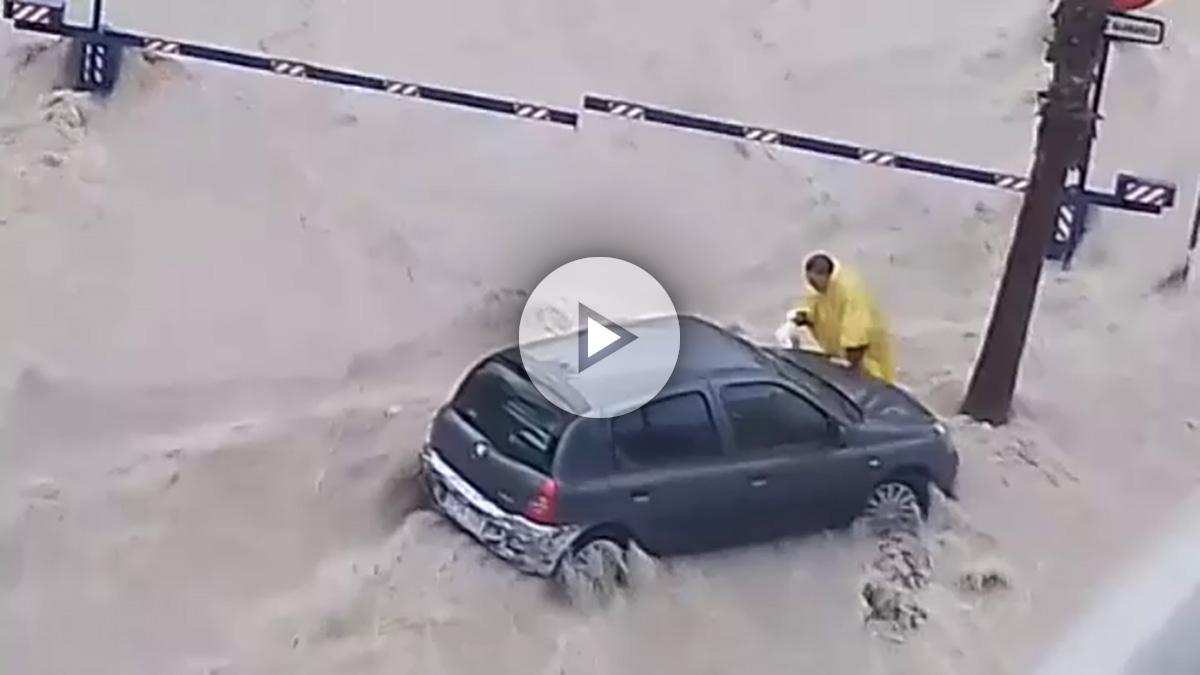 Un hombre es arrastrado por las aguas en la riada de Finestrat (Alicante).