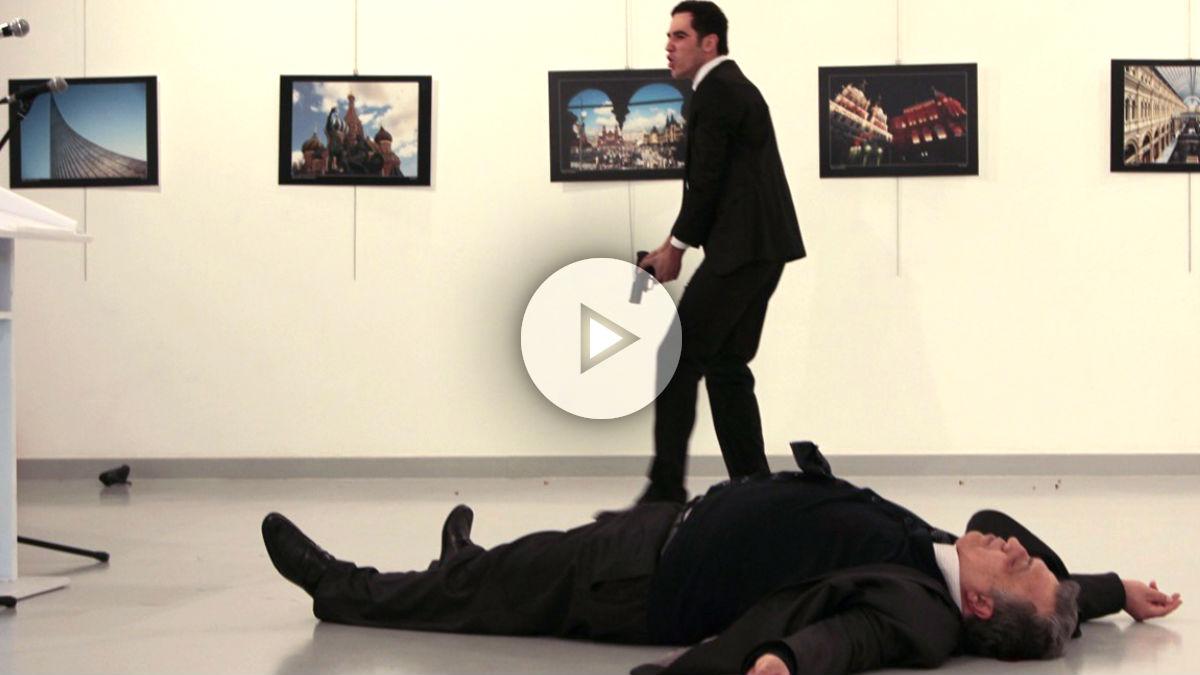 El embajador ruso en el suelo tras ser tiroteado (Foto: AFP).