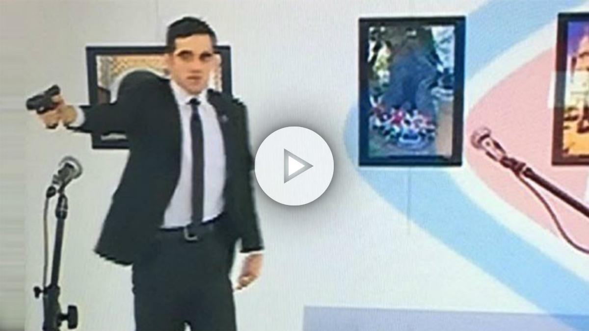 El terrorista, en el momento de disparar al embajador ruso en Turquía. (Hurriyet)