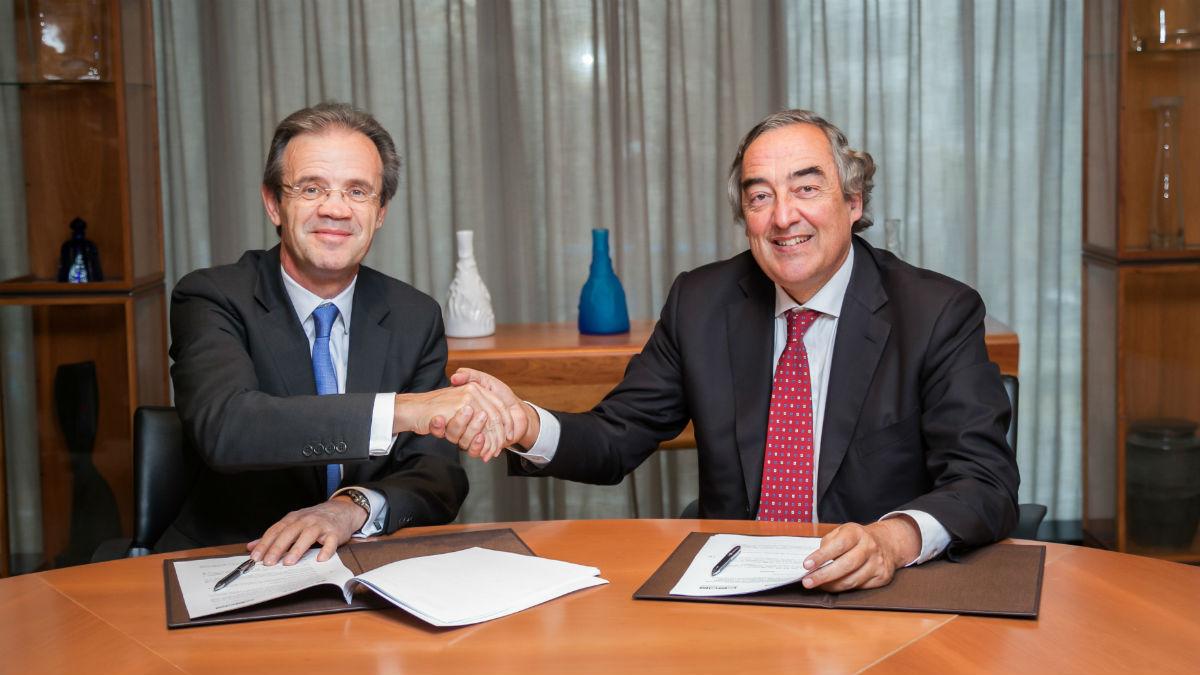 Jordi Gual y Juan Rosell durante la firma del acuerdo (Foto: Caixabank).