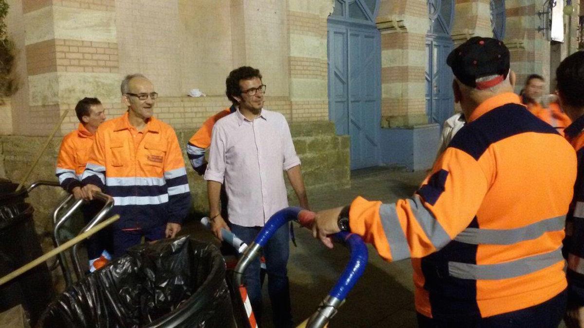 José María González «Kichi» con los empleados de limpieza antes de ser alcalde de Cádiz.