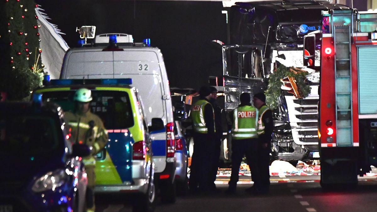 Policías en el lugar del atentado (Foto: AFP).