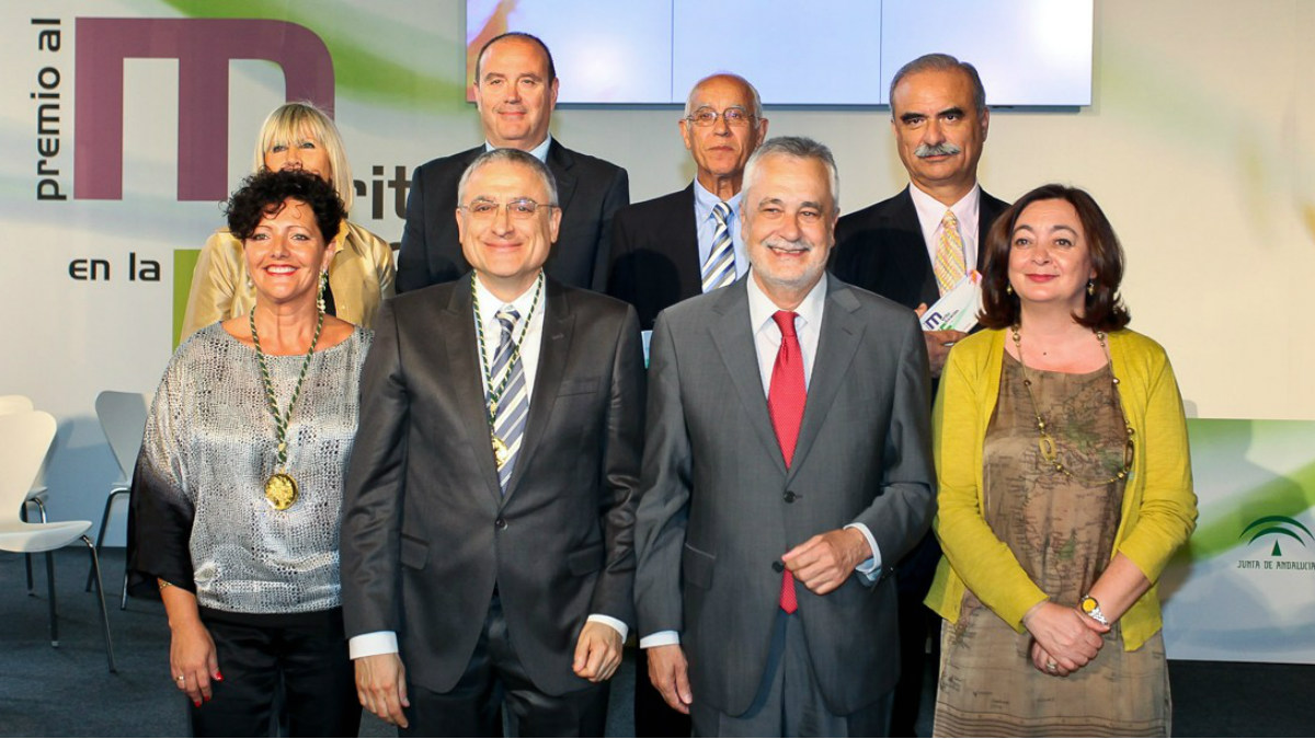 María Eugenia Sánchez (izqda.) posando con Griñán y otros premiados con la Medalla de Oro al Mérido en educación de Andalucía.