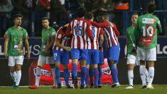 Los futbolistas del Atlético celebran uno de los goles al Guijuelo. (EFE)