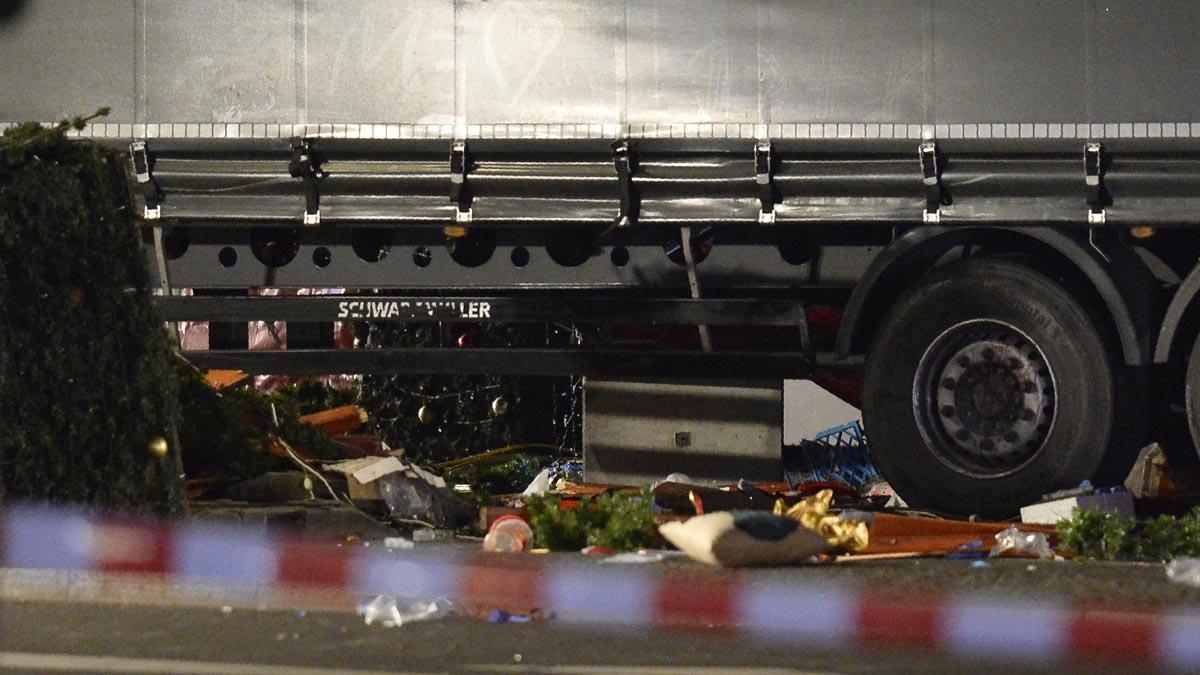 El camión junto a restos del mercado navideño que arrolló este lunes en Berlín. (Foto: AFP)