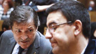 El presidente y el portavoz de la gestora del PSOE, Javier Fernández (i) y Mario Jiménez (d) (Foto: Efe)