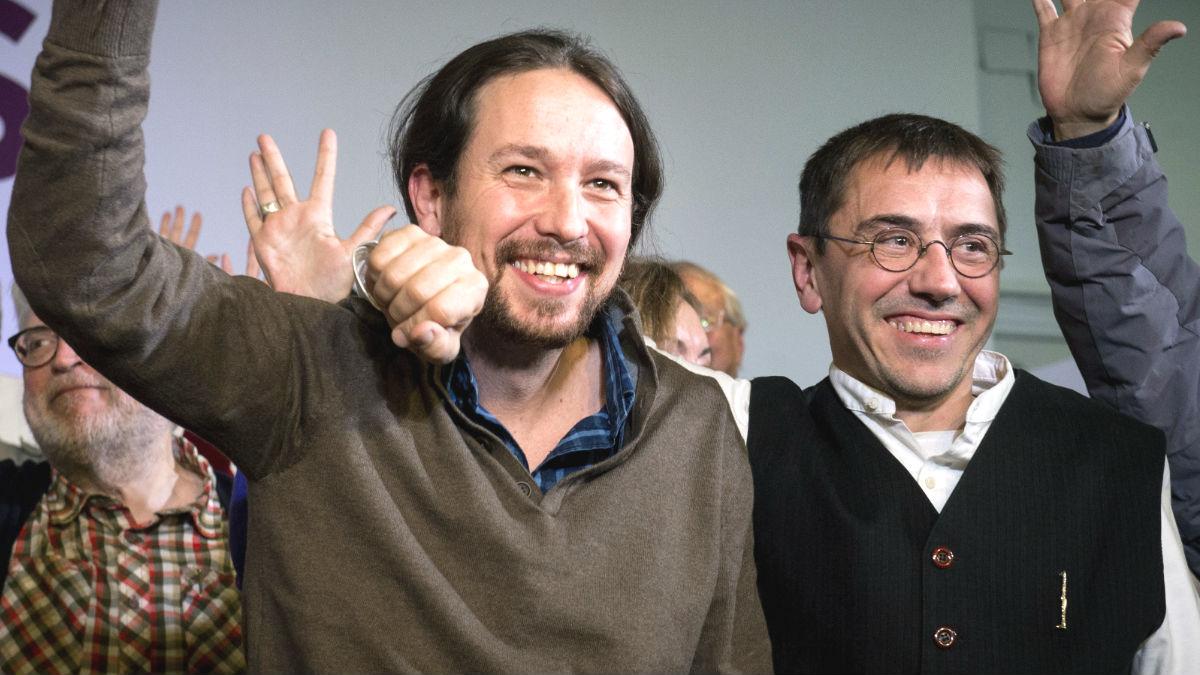 El secretario general de Podemos Pablo Iglesias, acompañado del politólogo Juan Carlos Monedero, cofundador del partido (Foto: Efe).