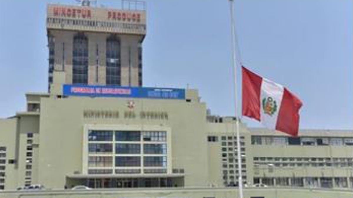 Banderas a media asta en los edificios oficiales de Perú.