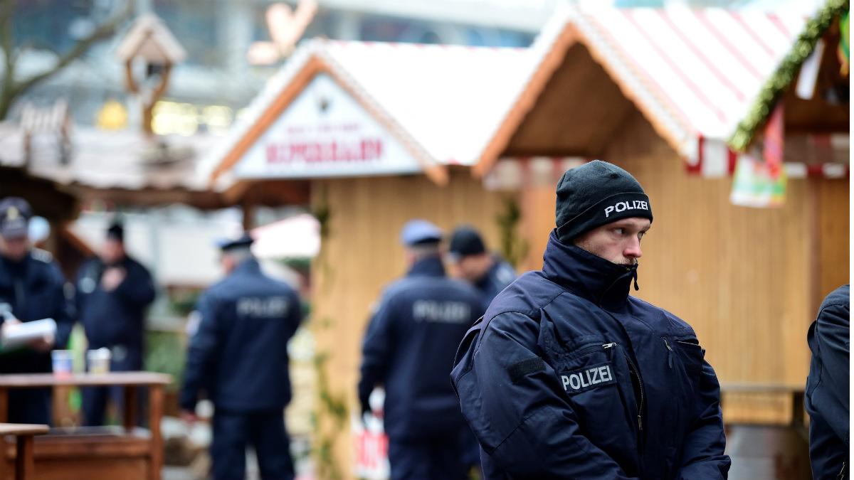 Berlín amanece llena de policías para asegurar la zona del atentado. (AFP)