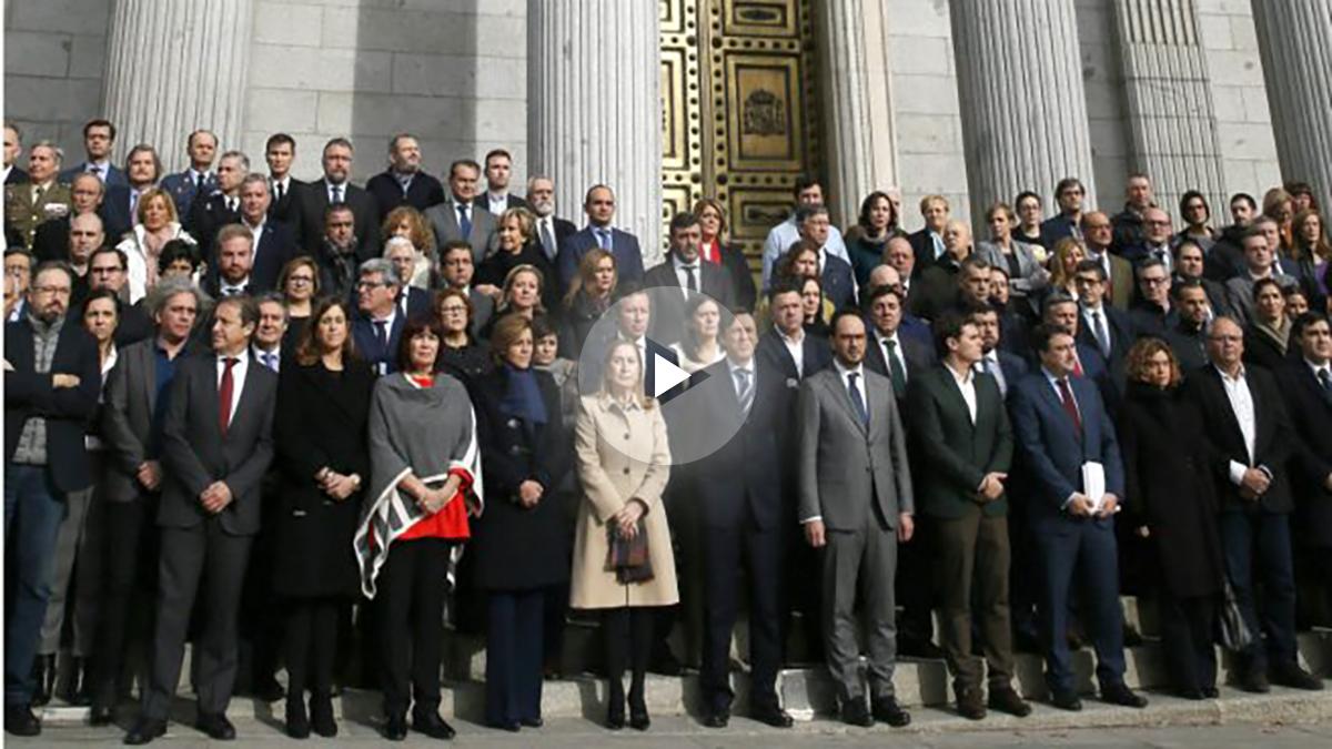 Diputados guardan un minuto de silencio ante el Congreso por las víctimas de Berlín y Ankara. (EFE)