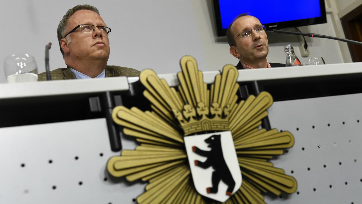 Winfrid Wenzel, jefe de la policia alemana, junto al fiscal Michael von Hagen. (AFP)
