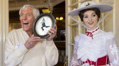 Dick Van Dyke, en su 90 cumpleaños, junto a una Mary Poppins en Disneyland. (Getty)