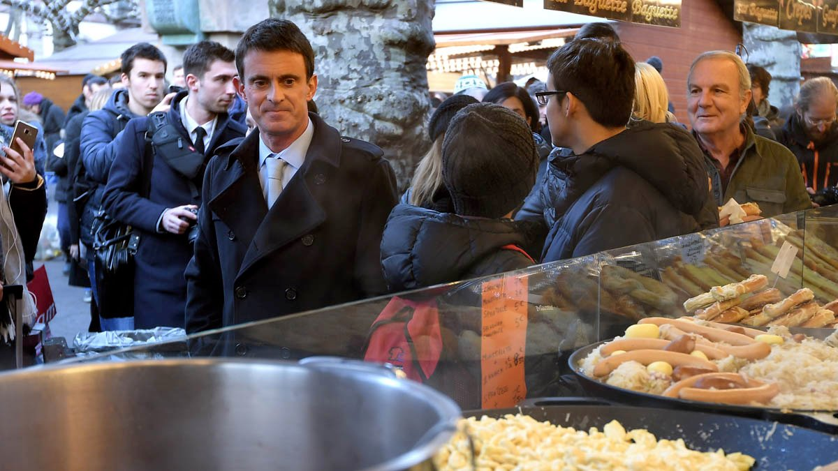 El ex primer ministro francés Manuel Valls visitando un mercado minutos antes de ser atacado. (Foto: AFP)